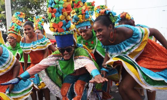 El Congo Moderno, danza de tradición, caracolea durante su presentación en  la calle 17.