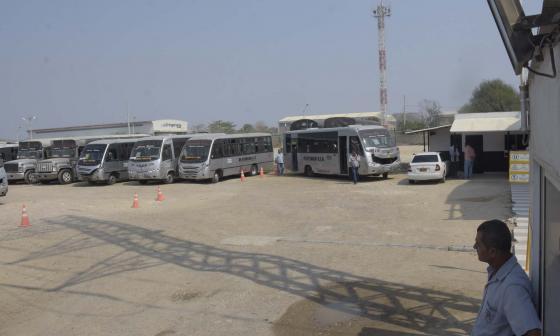 Flota de buses de Trasalfa en paro, que fue levantado después de la 1 de la tarde.