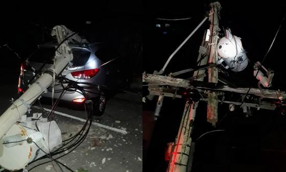Vehículo choca con dos postes y deja sin energía a circuito Universidad