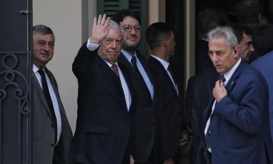 El escritor peruano Mario Vargas Llosa saluda al arriba al VIII Congreso Internacional de la Lengua Española en Córdoba, Argentina.