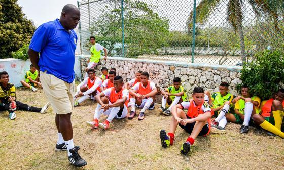 Luis Carlos Perea dándole instrucciones a los niños en la veeduría hecha en el Polideportivo de Uniautónoma.