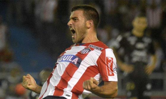 Bernardo Cuesta celebrando un gol contra Once Caldas cuando jugaba en Junior.