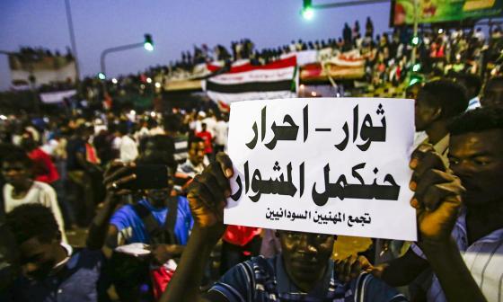 Júbilo de los manifestantes en Sudán tras dimisión del jefe de la junta militar