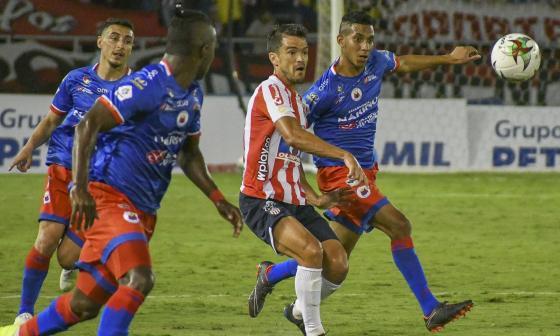Sebastián Hernández luchando el balón.