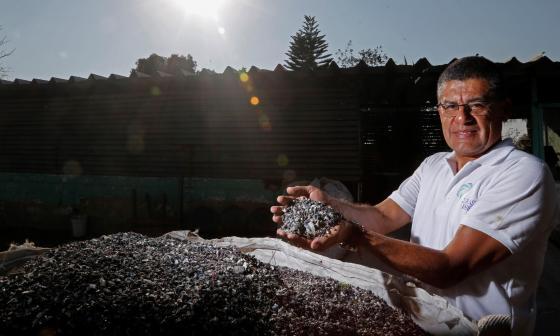 El director general de la empresa mexicana Ecoplástico Ambiental, Ramón Espinosa Solís, muestra los materiales para elaborar casas de plástico reciclado,