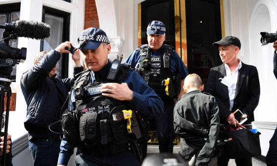 Oficiales en la embajada ecuatoriana cuando recuperaron los elementos de Assange.