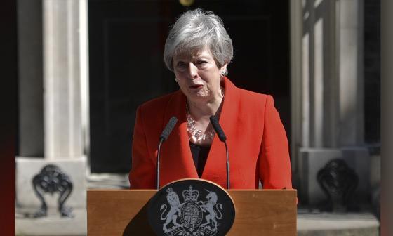 Theresa May anuncia su dimisión, derrotada por un Brexit imposible
