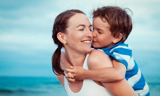 Una madre disfruta de un día en la playa en compañía de su pequeño hijo.