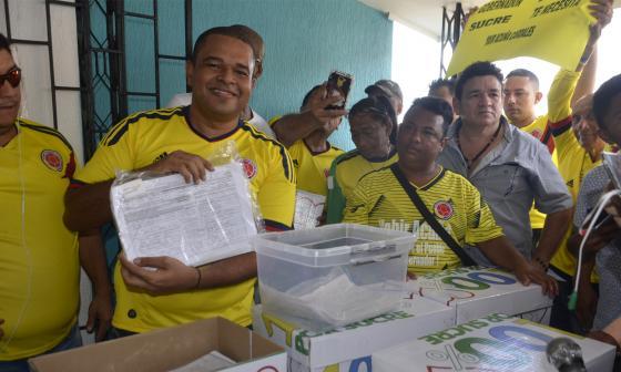 Grupo de Yahir Acuña entregó 127.500 firmas en la Registraduría