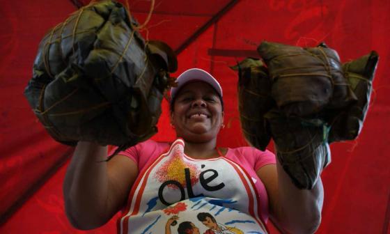 Maibeth Coronado es una de las matronas que prepara el pastel  en Pital de Megua, Baranoa.
