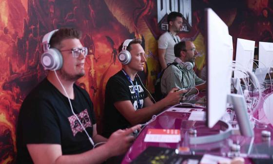 Los visitantes juegan 'Doom', en el stand de Google Stadia en la feria Gamescom en Colonia, Alemania.