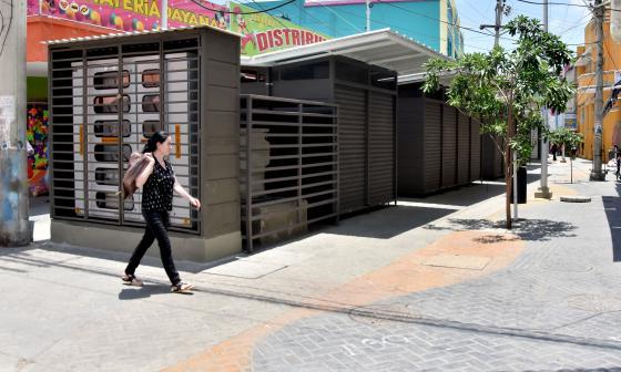 Entregan nuevos mobiliarios  a 56 vendedores del Centro