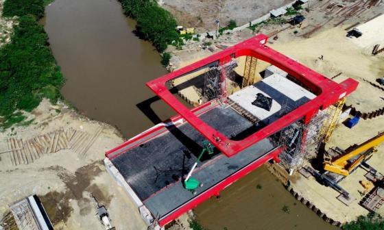 Estructura del primer puente móvil de Colombia ya está instalada
