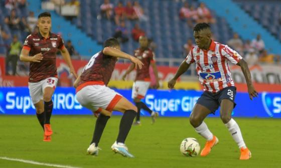 Edwuin Cetré en una acción en el partido entre Junior y Santa Fe, en la Liga Águila.