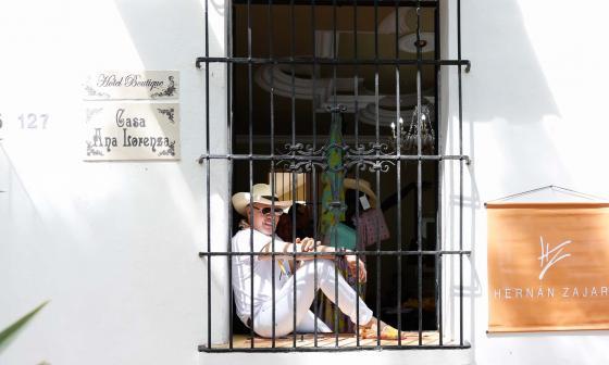 En el centro, Hernán Zajar posa detrás de la ventana de su casa. En los extremos, las piezas que hacen parte de su nueva colección.