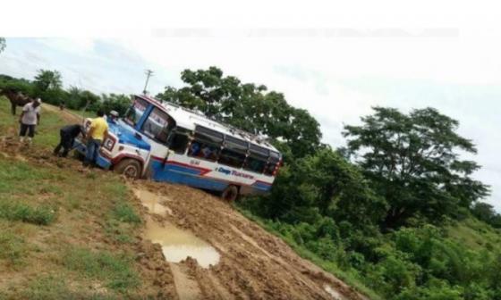 La escena frecuente: vehículos hundido en el fango.