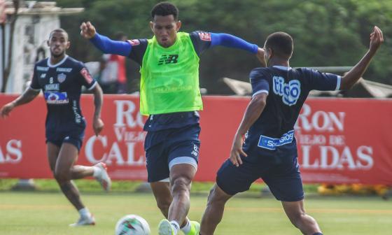 James Sánchez intenta capturar un balón ante la marca del volante venezolano Yohandry Orozco.