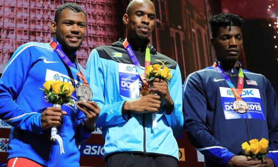 Anthony Zambrano recibe la medalla de plata que logró en el Mundial de Atletismo