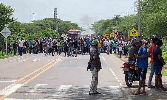 Estudiantes de la Uniguajira durante el bloqueo de la vía.