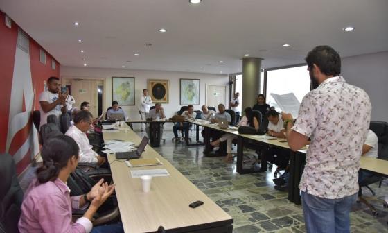 Un representante de estudiantes lee la petición a los miembros del Consejo.