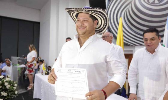 Orlando Benítez con la credencial de gobernador electo de Córdoba.