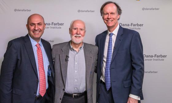 Los ganadores del Nobel de Medicina William G. Kaelin  y Toni K. Choueiri con el paciente Shaun Tierney.