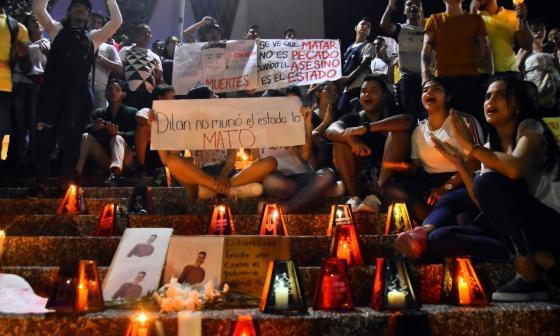 En video | La Catedral se enciende con velas en homenaje a Dilan Cruz