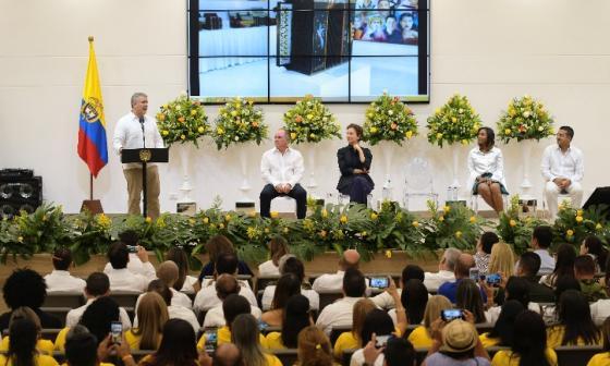 El presidente Duque en el centro de eventos de Valledupar. Lo escuchan atentos el gobernador Franco Ovalle, la directora de la Unesco,  Audrey Azoulay; la ministra de Cultura, Carmen Vásquez, y el alcalde Augusto Ramírez.