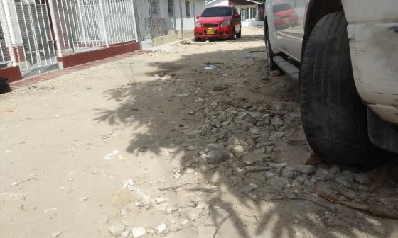 Así se ven las vías en las calles que faltan por pavimentar en esa comunidad.