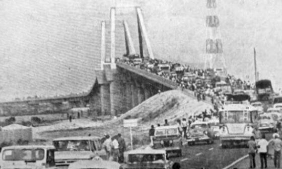 Foto archivo El Heraldo. Apertura del antiguo puente Pumarejo en 1974.