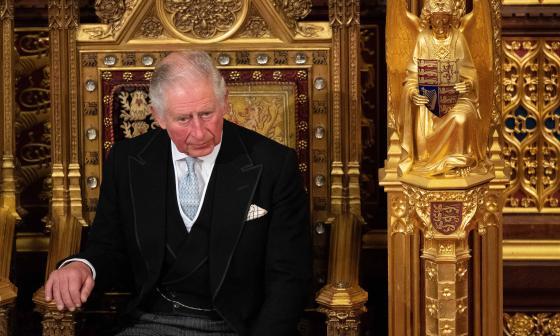 El príncipe Carlos asegura que su padre está bien atendido en el hospital