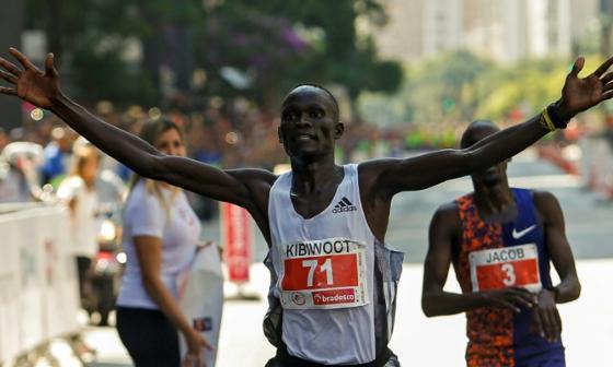 Kenianos Kandie y Kosgei se coronan campeones de la carrera San Silvestre de Sao Paulo