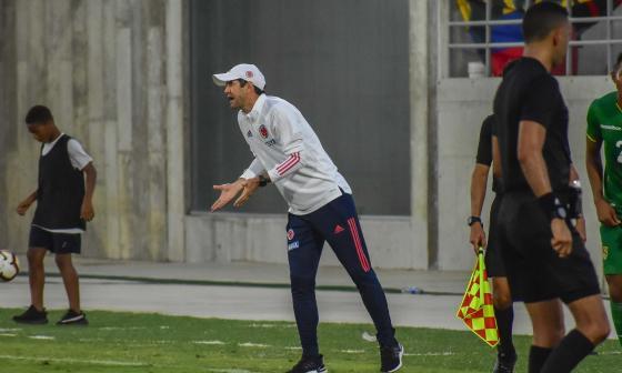 Arturo Reyes dando indicaciones en el juego de ayer.