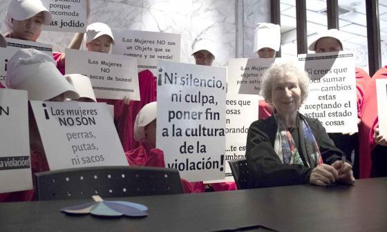 A su llegada al Hay Festival Cartagena, la escritora canadiense estuvo rodeada de 'criadas' (personajes de su libro) que portaron letreros con mensajes en contra del maltrato y la violencia hacia la mujer.