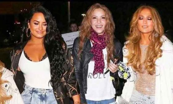 Una vez terminó su ovacionada presentación en el Super Bowl, Shakira se puso su pinta roquera, tal como aparece en la foto al lado de Demi Lovato y Jennifer López.