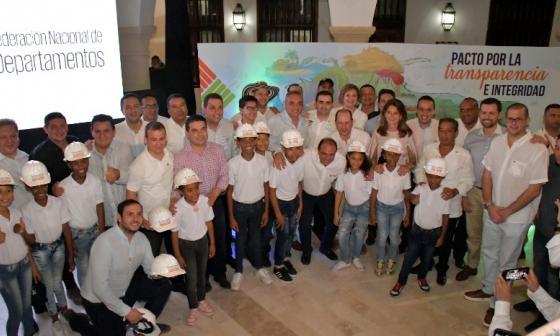 La vicepresidenta, los gobernadores y los niños testigos del pacto de Cartagena.