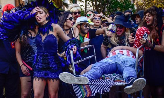 Isabella Chams junto a su comitiva en desfile Joselito se va con sus Cenizas.