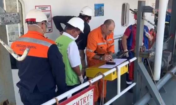 Funcionarios de la Dimar inspeccionan un buque.