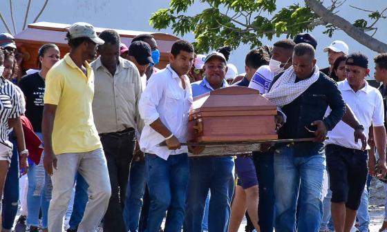 Familia sepulta a los tres asesinados en Nueva Colombia