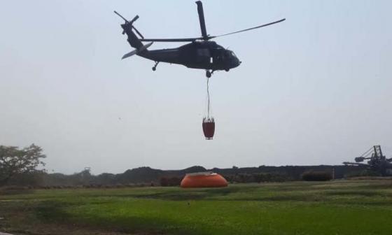 Inician descargas de agua desde el aire para apagar incendio en Tigrera