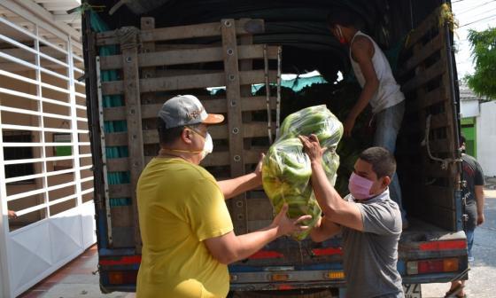 El alcalde Roberto Celedón durante la entrega de los guineos a hogares baranoeros.