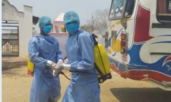 La Alcaldía, la Policía y jóvenes de Calamar participan activamente en jornadas de desinfección contra el COVID-19.