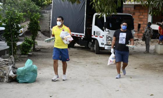 Los hermanos y los padres de Luis Fernando Muriel reparten las ayudas financiadas por el futbolista para los habitantes menos favorecidos de Santo Tomás.