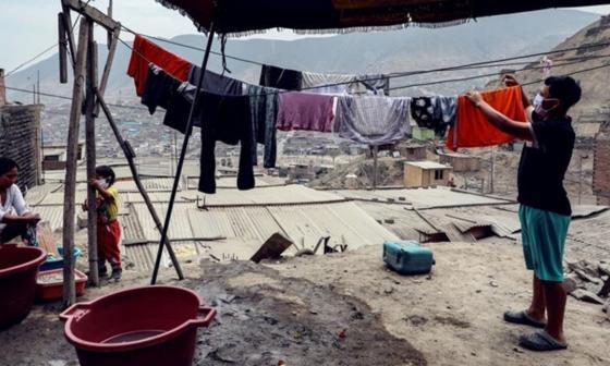 Habitantes del barrio Los Jazmines extienden sus ropas recién lavadas, en el distrito de Comas, en Lima (Perú) / EFE