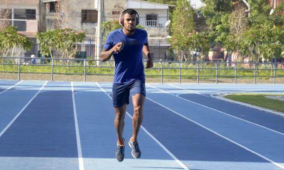 El atleta del registro del Atlántico Anthony Zambrano, y quien está en la ciudad, podrá entrenar en la pista del estadio Rafael Cotes.