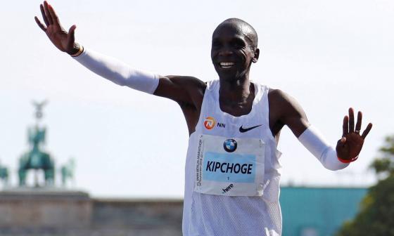 El plusmarquista mundial de maratón, el keniano Eliud Kipchoge, suele sonreír durante las competencias.