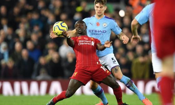 Acción de un juego entre el Liverpool y el Manchester City.
