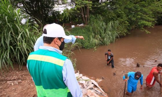 Funcionarios de Corpocesar inspeccionan el cauca del río Ariguaní.