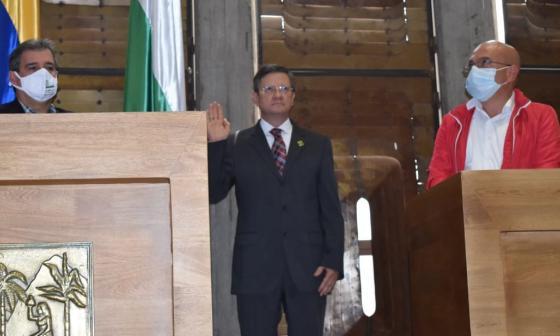 Luis Fernando Suárez durante su posesión como gobernador (e) de Antioquia.