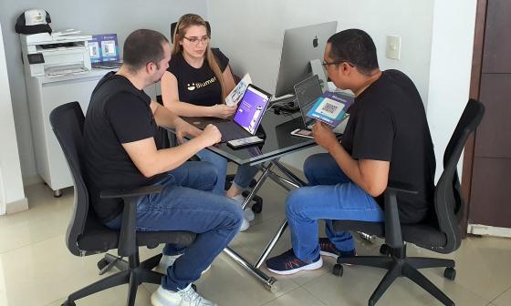 Ernesto Ruíz, cofundador y CEO (izquierda); Kenny Jimeno, cofundadora y CMO (centro) y Diego Arizala, cofundador y CTO (derecha).